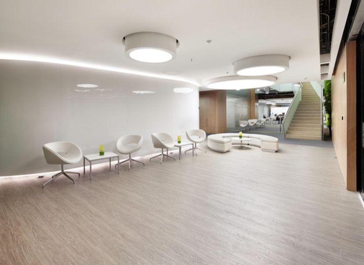 Diseno De Baños Alfa:de Acquafloor en oficinas Ref Roble en arena Proyecto: Seguros Alfa