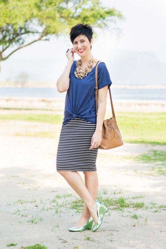 t-shirt azul escura com saia lápis de malha listrada pb, scarpin de salto…