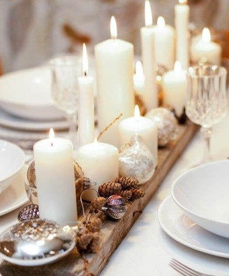 Precioso centro de mesa a base de piñas y velas sobre una sencilla tabla de madera #ideas #decoracion #Navidad