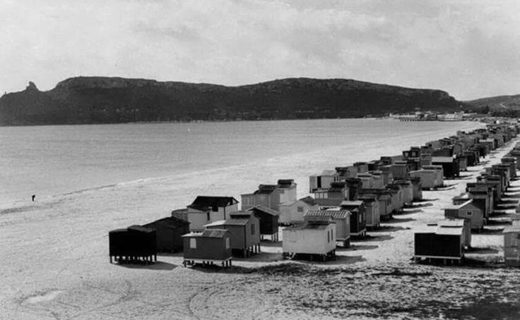 """La spiaggia del Poetto di Cagliari e i suoi """"casotti """"...tanti anni fa..."""