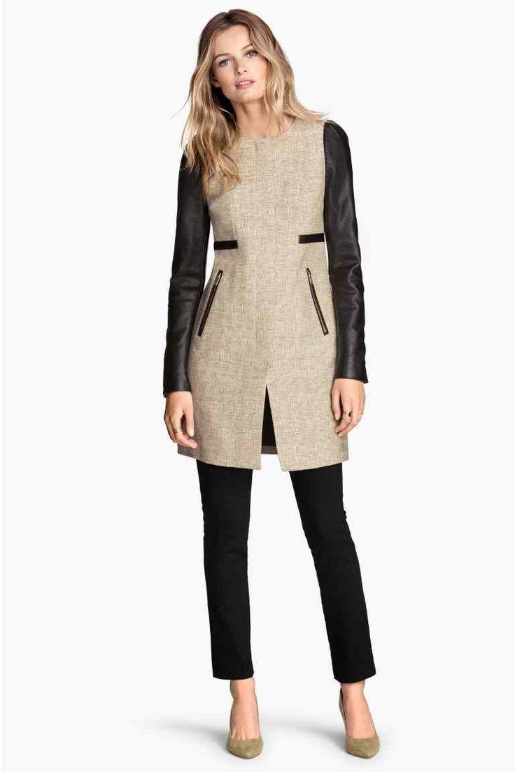 Kabát z bavlněné směsi: Kabát z melírované bavlněné směsi s nabíranými rukávy, koženkovými detaily, skrytým předním zipem a postranními kapsami na zip. S podšívkou.