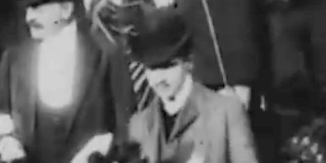 """""""Néanmoins, le personnel des Archives nationales du film lui a, à l'époque, assuré que le génie littéraire n'apparaissait pas sur le film."""" http://ici.radio-canada.ca/nouvelle/1017473/quebecois-decouverte-film-marcel-proust ~~ La découverte des premières images mouvantes de Marcel Proust dans un film de 1904 asoudainement enchanté un monde intoxiqué par Twitter, dont le président américain est devenu le maître malsain et menaçant, observe l'écrivain Charles Dantzig."""