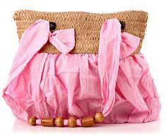 Plážová taška Giulietta ružová  Jemne ružová dámska plážová taška s drevenými ozdobami na látkových rúčkach (imitácia dreva). Taška má hornú časť z prírodného materiálu, ozdobeného ružovou stuhou.  http://www.yolo.sk/plazove-tasky/plazova-taska-giulietta-ruzova