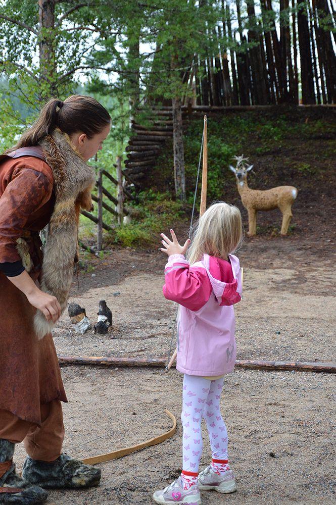 Markkoilla pääsee kilvoittelemaan jousimetsästyksessä. Oppaat neuvovat muinaisjousen käytössä, joten jokainen pääsee hyvin alkuun. Luuppi, Oulu (Finland)
