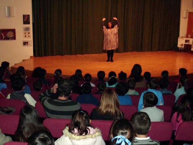 Sesión de cuentos para niños por Carolina Rueda en la Biblioteca Gómez Sara. Fuente del Maestre (Badajoz)