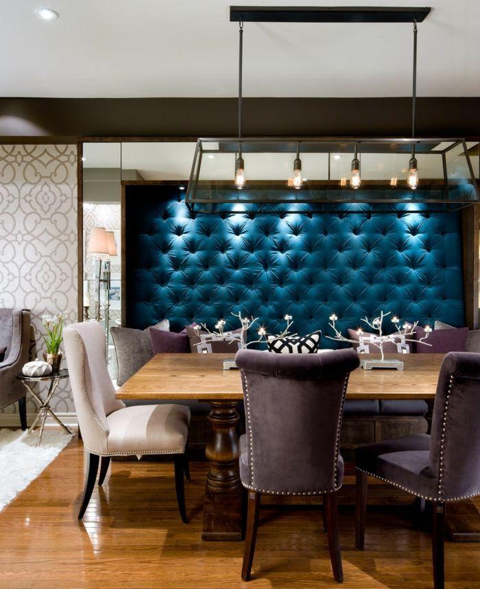 Die blauen Wand Polster passen perfekt zu den gepolsterten Stühlen