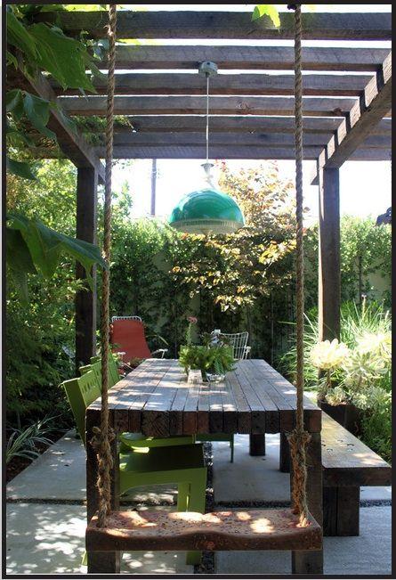 Pergola, veel groen en een lamp (elektriciteit doortrekken van schuur via pergola, handig!) mellow backyard dining area