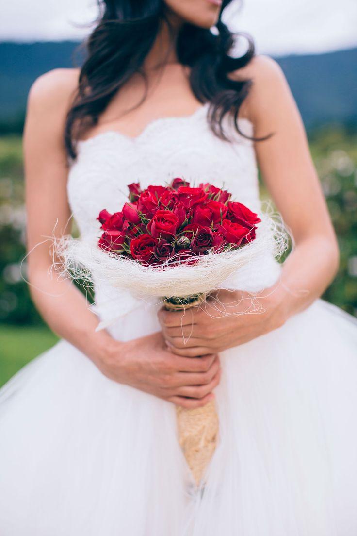 Editorial de novias, Al Natural. Bouquet de rosas y fique, vestido de novia Ball Gown Rosa Clará para tu casamiento campestre -- Bridal Editorial -- Fotografías: Happic Photo Group -- Vestido de Novia: Rosa Clará