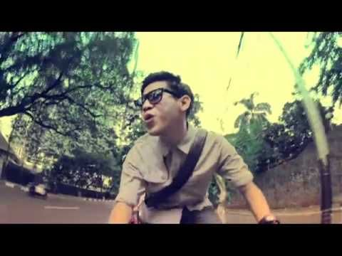 Enjoy this fun song titled 'Sepeda' (Bicycle) by RAN - Rayi (vocal), Asta (guitar) and Nino (vocal), formed in 2007 in Jakarta, Indonesia. The video was directed by young director Anggi Anggur.