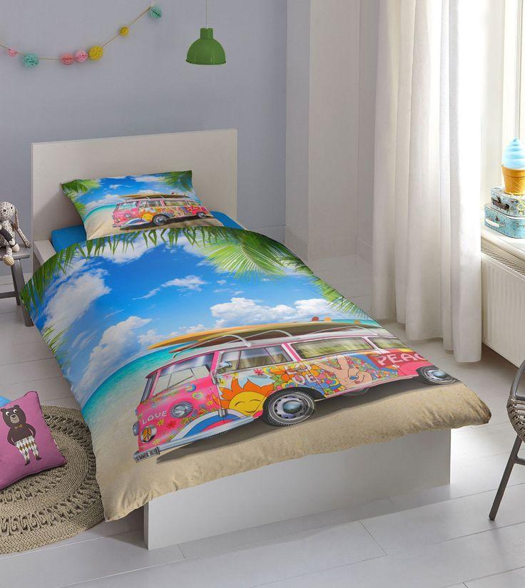 Dekbedovertrek Summer. Dit dekbedovertrek brengt de zomer in je slaapkamer. Het dekbedovertrek is voorzien van een zomers fotoprint van een VW busje geparkeerd op een prachtig strand. Word vrolijk wakker met dit zomerse dekbedovertrek van Goodmorning! #busje #dekbed #dekbedovertrek #volkswagen #vwbus