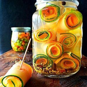 ズッキーニと人参のぐるぐるピクルス++pickles++マリネ +by+青山 金魚さん+|+レシピブログ+-+料理ブログのレシピ満載! 色が綺麗でぐるぐる~なビジュアルがたまらなく好きです♪  夏野菜をさっぱり美味しく、ピンチョス仕立てで。  お弁当、おつまみ、保存食で常備菜でちょっと 副菜にも♪