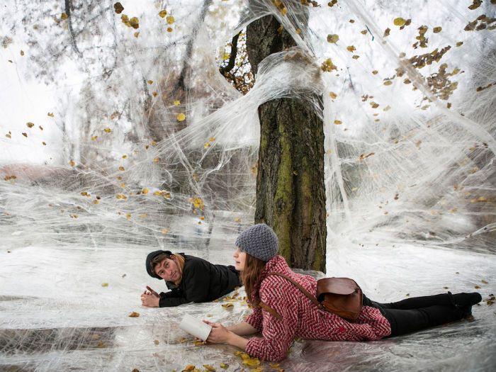 Гигантская паутина из скотча: интерактивное детище талантливой команды дизайнеров. (4 фото)