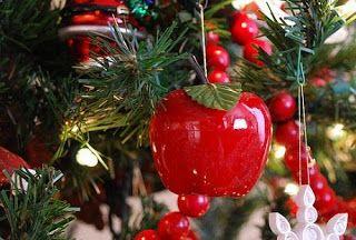 În multe țări europene există încă tradiția de a se pune în bradul de Crăciun, printre alte ornamente, fructe, îndeosebi mere. De unde provi...