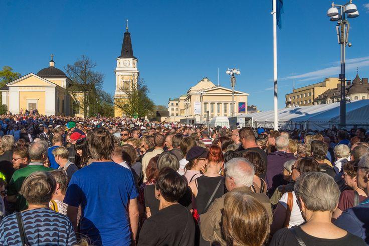 100 kuoroa Tampereen Keskustorilla