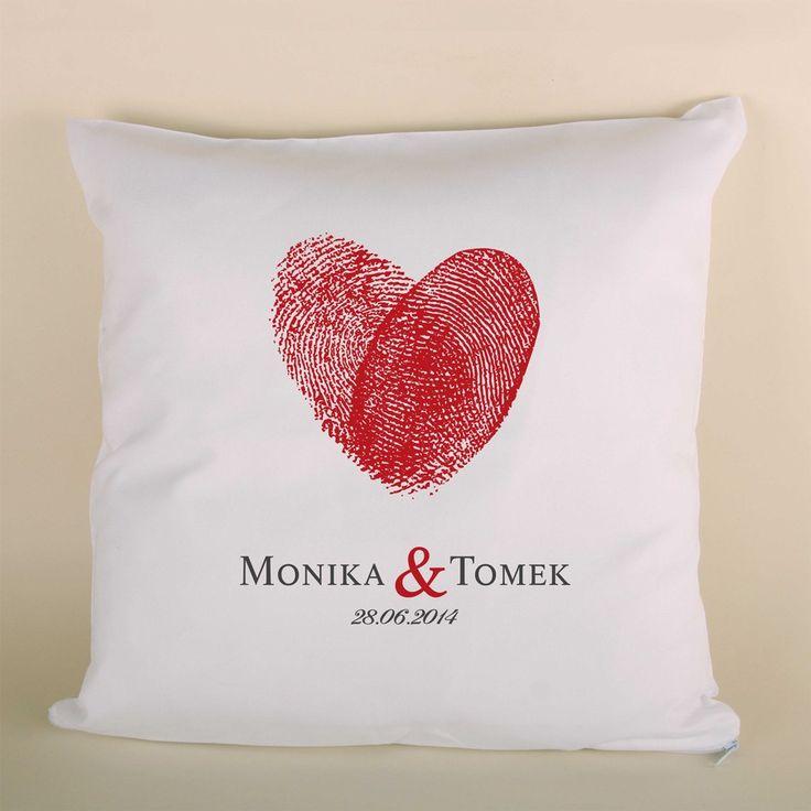 Poduszka z sercem z odcisków palców, imionami i datą ślubu to doskonały prezent dla bliskiej osoby.