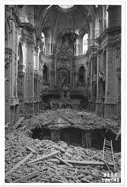 Chiesa del Carmine Torino Pesantemente danneggiata durante la seconda Guerra Mondiale, la chiesa fu colpita da bombe dirompenti che distrussero l'edificio. Il bombardamento si verificò l'8 agosto ad opera di aerei della RAF, con bombe di grosso e grossissimo calibro. Fu poi restaurata intorno agli anni Cinquanta del Novecento.