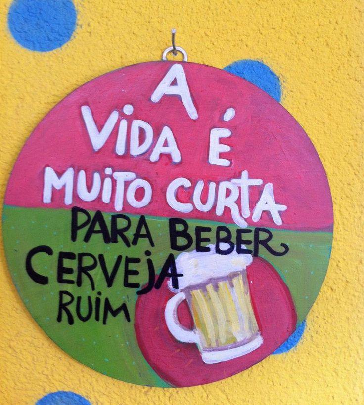"""Placa: """"A vida é muito curta para beber cerveja ruim..."""""""