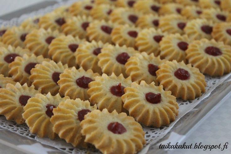 Hei!  Nämä pikkuleivät ovat blogissa jo nimellä isoäidin vaniljavannikkeet . Ohje on kopioitu Tiinan Kakkuiloa-blogista . Nyt halusin koke...