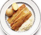 Ett härligt och snabblagat recept på klassisk stekt salt sill med gräddkokt lök. Du gör det enkelt av sill, mjöl, ägg, ströbröd, lök, grädde och smör. Servera den smarriga fisken med löken och kokt potatis.
