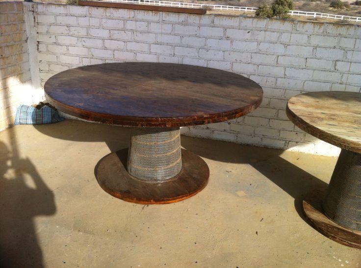 Mesa redonda, elementos(carrete eléctrico y filtro de aire)