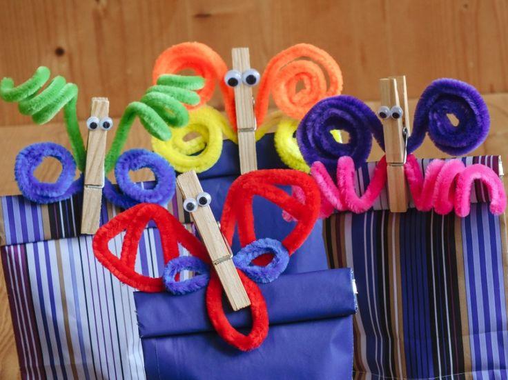 Vyrobte si ozdobené kolíčky pomocí drátků obalených plyšovými chloupky. Zakruťte pár drátků dohromady, až vzniknou jednoduchá křídla. Jdou tvarovat do spousty podob. Nakonec na kolíčky nalepte vykulená očka, a je hotovo.