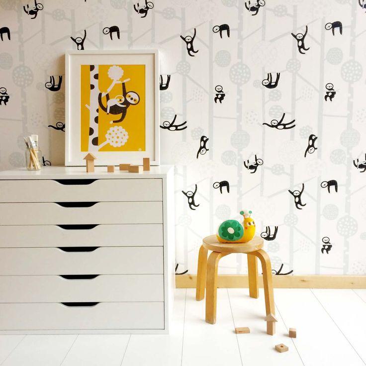 Het luiaard behang is zwart, grijs en wit. Relaxed behang dat zorgt voor een fijne basis en een heerlijke kinderkamer. Makkelijk te combineren met kleurrijke accessoires.