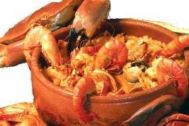 Arroz de marisco -  Portugal - Ingrédients:  - riz - 3 oignons - 3 gousses d'ail - bouquet de persil - bouquet de coriandre fraîche - 1 mélange de fruits de mer (crevettes, langoustes, calamars, coques, gambas, etc) - sel poivre - 2 cuillères à soupe d'huile d'olive - fumet de poisson