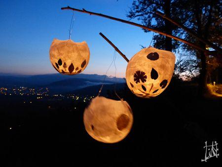 Lanternes : ballon de baudruche enduit de colle à la farine + papier de soie + feuilles séchées