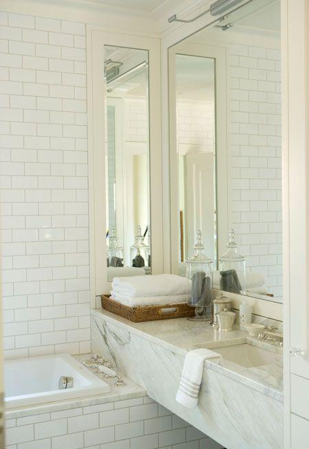 Une salle de bain blanche et lumineuse