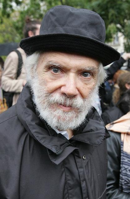 Georges Moustaki pose ici le 29 octobre 2006 à Paris, lors de linauguration dune place dédiée à Coluche.