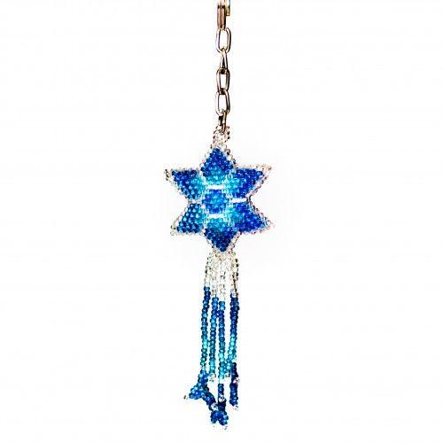 Imponerande fin #nyckelring – en blåvitskimrande #stjärna av flätade, vävda högglansiga plastpärlor. Tillverkad för hand i Guatemala. 80:-