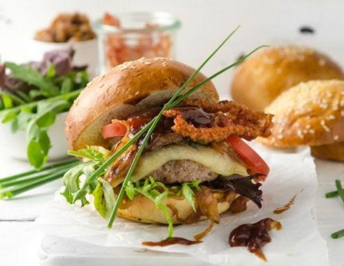Cheeseburger mit karamellisierten Zwiebeln Rezept