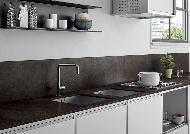 Schwarzweiße Küche mit Keramik Arbeitsplatte und Spritzschutz