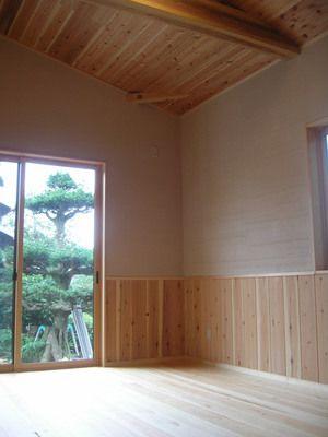 丸太小屋に灯が燈り:作業報告・北山I邸 天井板と腰板は杉・化粧の梁も杉です。