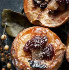 Για το ψητό κυδώνι φούρνου υπάρχουν δεκάδες συνταγές και παραλλαγές. Η βασική συνταγή είναι εκείνη που η ξινούτσικη σάρκα του κομμένη στα δύο σιγοβράζει μέσα σε ένα μίγμα από γλυκό κόκκινο κρασί, ρακή, κανελογαρύφαλλα, μέλι ή ζάχαρη. Μια ποιο περίπλοκη συνταγή είναι εκείνη όπου το φρούτο ψήνεται μέσα σε κρασί και μπαχαρικά μόνο που το εσωτερικό του γεμίζεται με ένα μείγμα από ξηρούς καρπούς και ζάχαρη