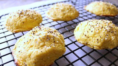 """Estos """"rollos de pan de coliflor"""" no tienen nada que envidiarle a los rollos tradicionales de pan. Su sabor es delicioso y contienen los grandes beneficios que ofrece la coliflor. Además son una gran alternativa al pan y a las hamburguesas. Puedes servirlos durante la cena, untarlos con un poco de mantequilla, o rellenarlos con tus ingredientes favoritos tal como lo harías con una hamburguesa. También los puedes espolvorear con diferentes ingredientes como semillas de sésamo o cebolla seca…"""