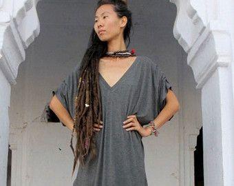 Vrouw Oversize Boho kleden, losse grijze jurk, de Oversized jurk v-hals, Lycra Boheemse jurk, stedelijke zakken tuniek Top, Casual / avond jurk  Deze comfortabele bovenmaatse v-hals jurk kan gedragen worden in de zomer met een paar sandalen of met een hoge hakken voor een meer durven kijken. In de winter koppelt met funky legging en sommige chique enkellaars. Het heeft een mooi gedetailleerd patroon op de mouwen die een grote originele boho-look geven, heeft innerlijke zakken en is gemaa...