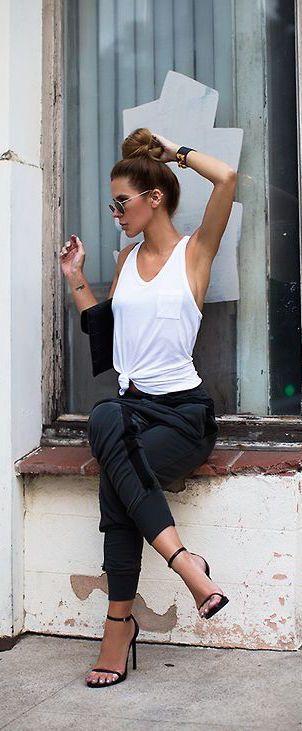 Comment porter le jogging en ville? C'est ici: https://one-mum-show.fr/jogging-chic/ #joggingchic #streetstyle #joggingoutfit