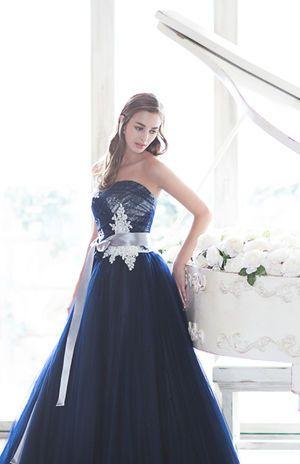 白とのコントラストが絶妙なふんわりドレス♡ ウェディングドレスからのお色直しで着たいネイビーのカラードレスのアイデア。紺色ドレスのまとめ。