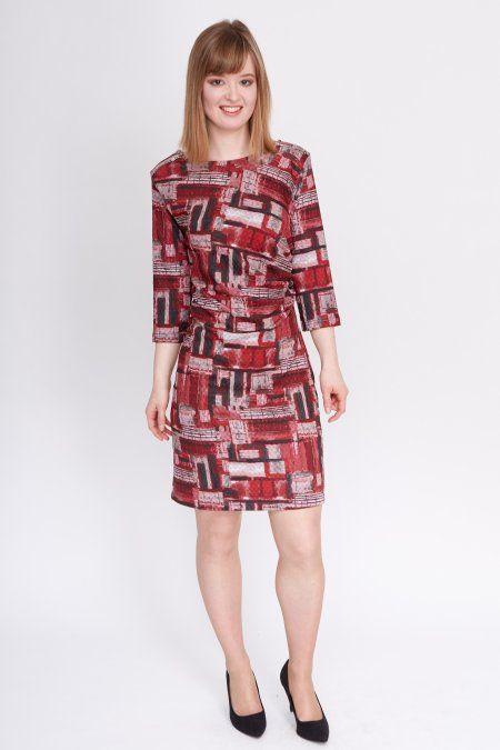 Dit donkerrode jurkje met ton-sur-ton grafische print kleedt mooi af door de plooien in de linkerzij.
