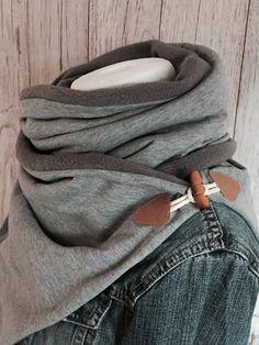 LILLE bringt nicht nur Wärme in den tristen und kalten Herbst/ Winter.. LILLE ist ein MUSS für alle Küstendeerns. Wunderbar weicher Baumwolljersey in hellgrau meliert in Kombination mit einem...