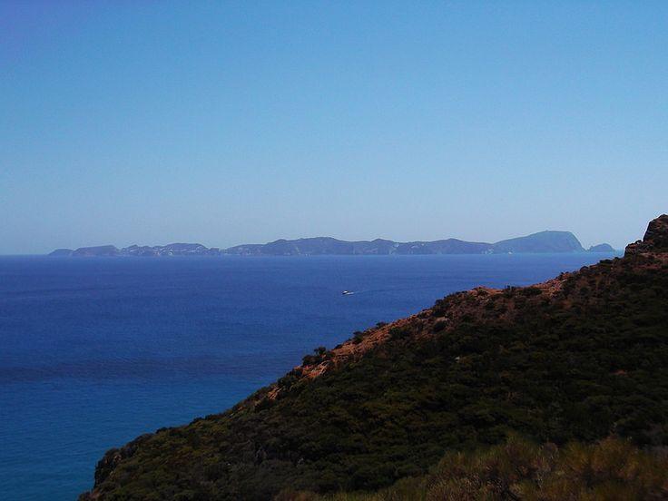 Isola di Palmarola - l'intera sagoma dell'isola di Ponza vista dalla dirimpettaia Palmarola | da Lorenzo Sturiale