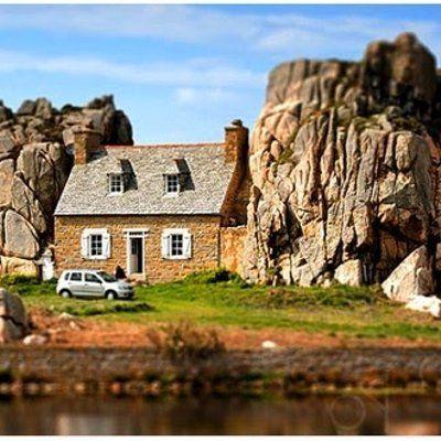 Rumah Luar Biasa Ini Diapit Bongkah Batu Besar  Sebuah rumah unik yang dibina di Perancis ini menarik perhatian pelancong kerana lokasi yang sangat unik Castel Meur menjadi daya tarik tersendiri bagi pelancong kerana dibina ditengah tengah diantara dua batu bersaiz raksasa Rumah kecil ya... Readmore: http://babab.net/feed/ http://ift.tt/2twkdVa Readmore: http://ift.tt/2tvklny http://ift.tt/2t42D9Z http://ift.tt/2tp9hsx