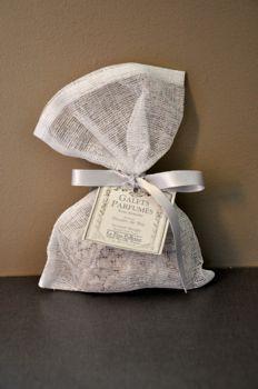 Pour parfumer votre linge, de véritables senteurs du Père Pelletier à placer dans votre armoire. Ces pochons en gaze blanche décoré avec une étiquette à l'ancienne vous sont proposés en plusieurs parfums aux choix:Lavande ambrée, Rose ancienne, Feuille de thé, Sous le figuier, poudre de riz et fleur d'oranger.Fabrication française. http://www.ma-deco-interieure.fr/decoration/1572-pochon-de-cailloux-patchouli