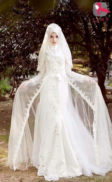 Foto : Gaun indah berwarna putih lengkap dengan kerudung cantik.   Vemale.com, Halaman 1