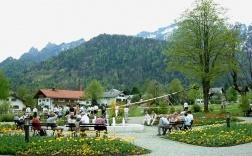 Der Kur- und Urlaubsort Bayerisch Gmain ist ein echter Geheimtipp für alle, die ländliche Umgebung lieben. In Bayerisch Gmain, der Sonnenterrasse Bad Reichenhalls, geht es noch ruhig und beschaulich zu. Markantes Wahrzeichen ist die Schlafende Hexe ein eigenwilliges Bergmassiv, um das sich zahlreiche Sagen und Legenden ranken.