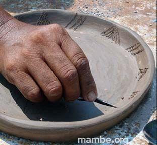 Artesana Cubeo trabajando en barro.   (Vaupés - Colombia) Conoce más de nuestro trabajo en Mambe.org!