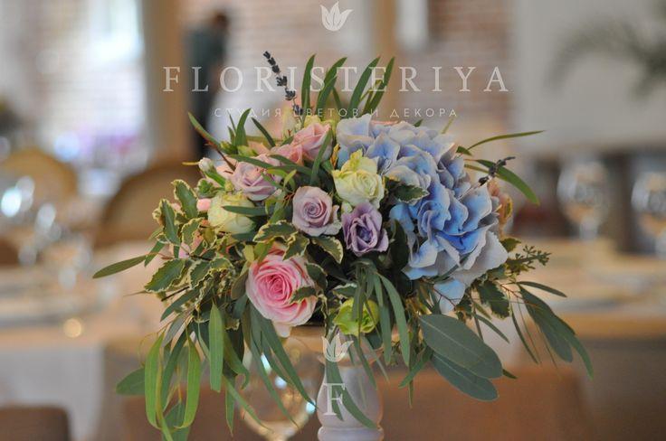 композиция на стол гостей в нежно розовых и голубых тонах