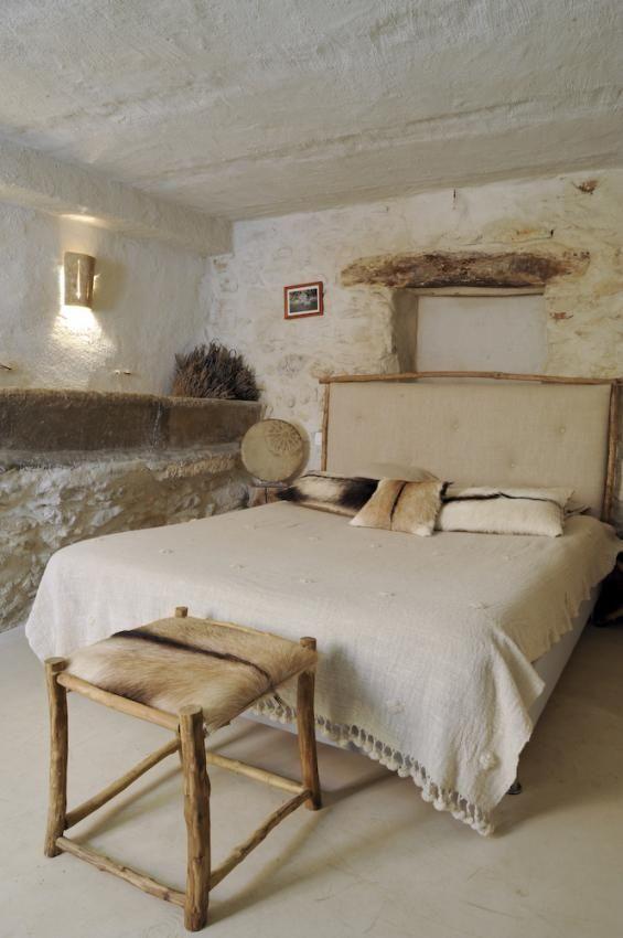 Une petite chambre pure au look rustique