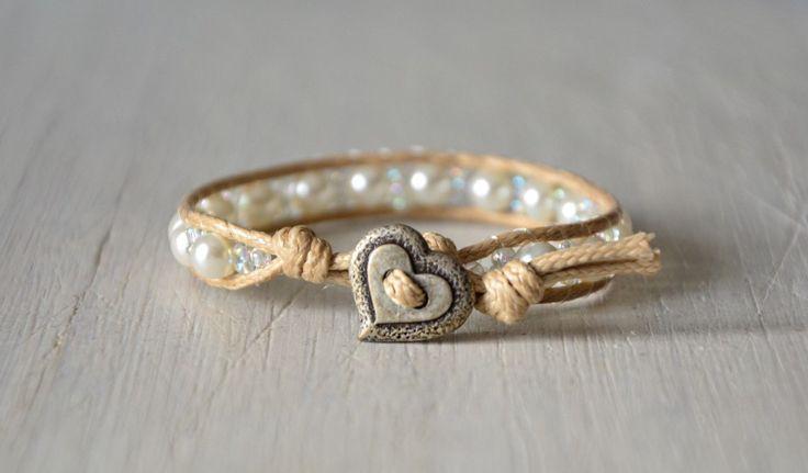 """Bracciale wrap cordino cerato beige perle cerate bianche e bottone a cuore in metallo ArcoIris """"Noah"""" di Cuony su Etsy https://www.etsy.com/it/listing/292039859/bracciale-wrap-cordino-cerato-beige"""